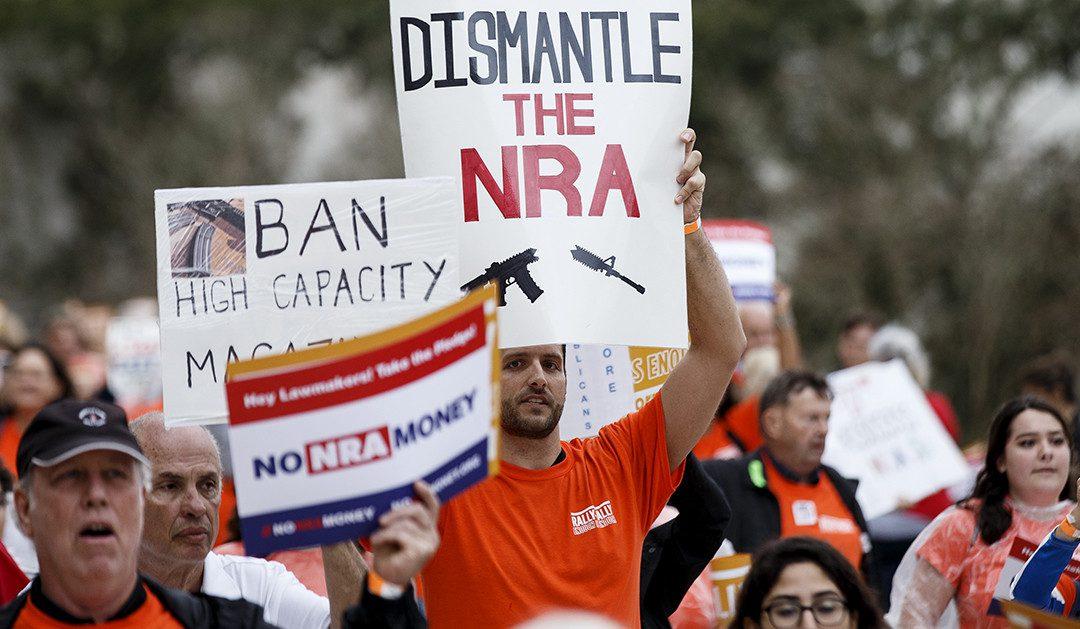 Nueva York avanza en el control de armas, mientras que NRA triplicó sus donaciones tras atentado en Florida