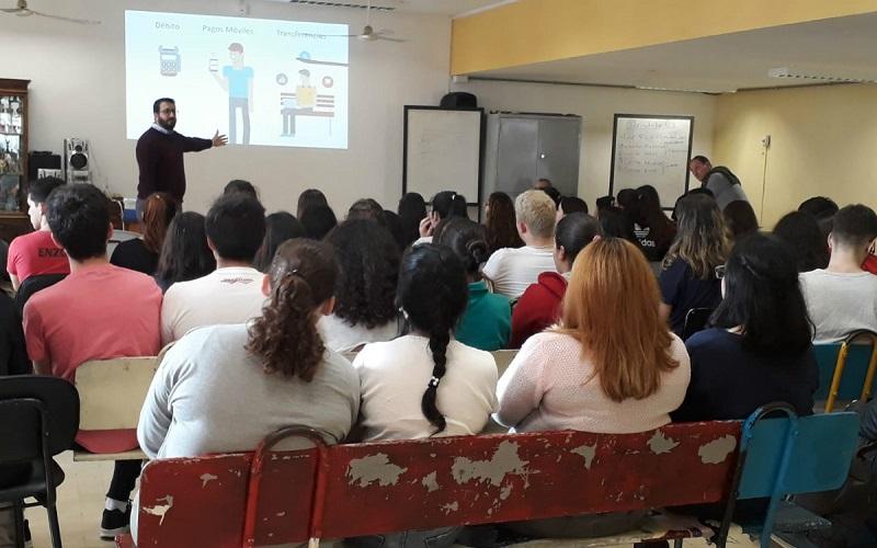 AEBU llevó taller de educación financiera a Colonia