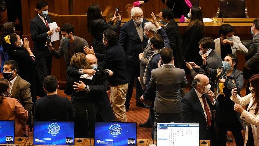 Chile: Congreso aprobó la «ley del 10%», un revés para las AFP y para el presidente Sebastián Piñera
